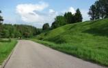Droga zjeżdża w dolinę rzeki Kozikówki