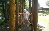 Chodzenie na drewnianych szczudłach wymaga długich nóg
