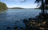 Kamienisty brzeg jeziora Hańcza od strony wsi Bachanowo