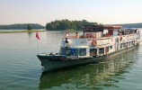 Statek Serwy na jezorze Studzieniczne