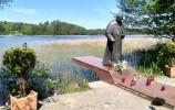 Pomnik papieża schodzącego z trapu na ląd w Studzienicznej